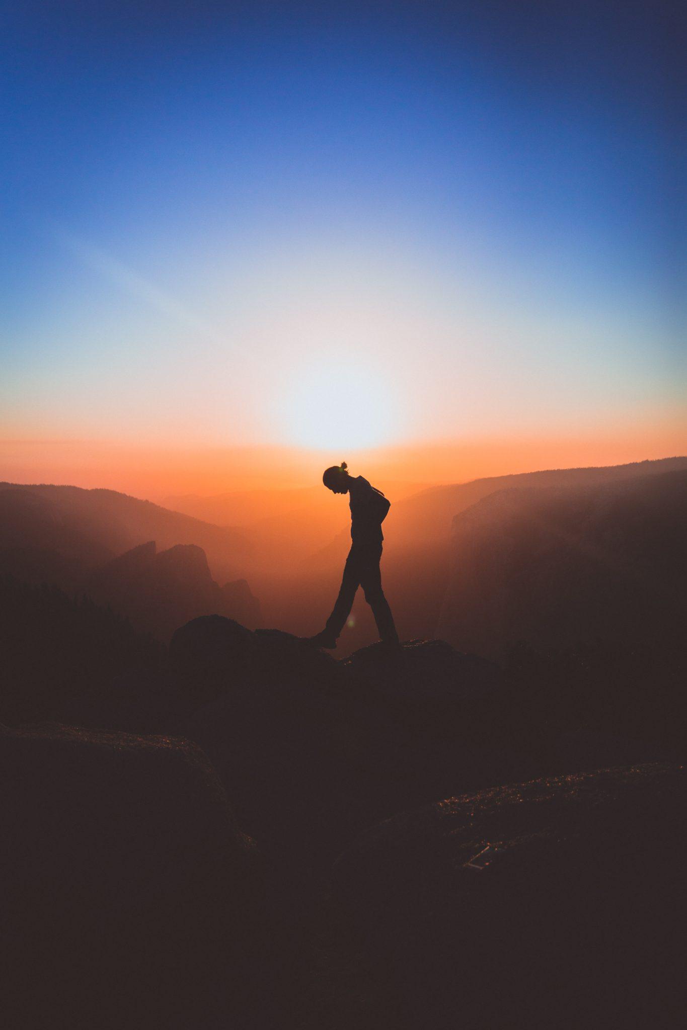 Человек размышляет в горах как стать счастливым
