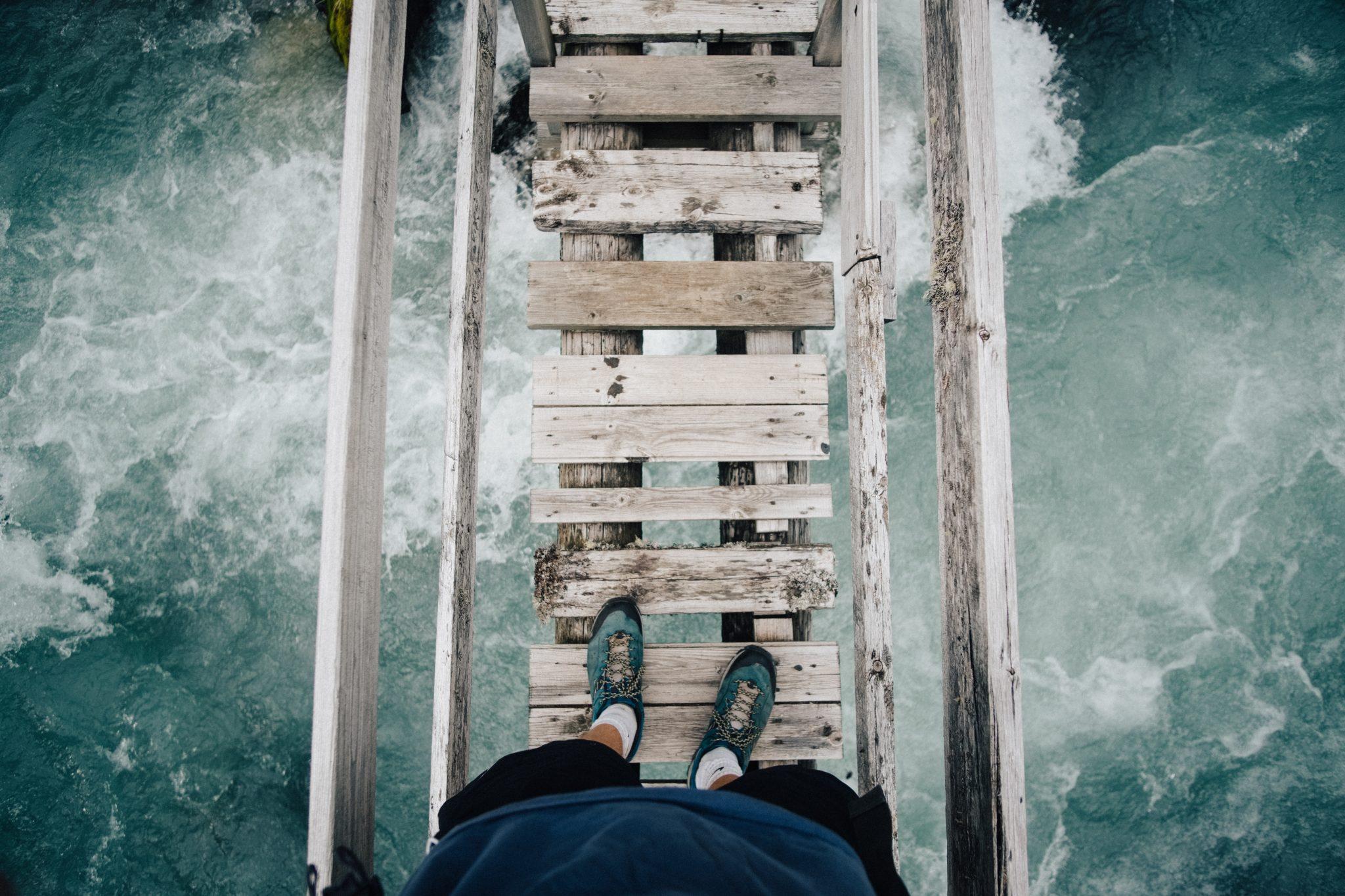 Человек идет по мосту как по пути изменения к лучшему