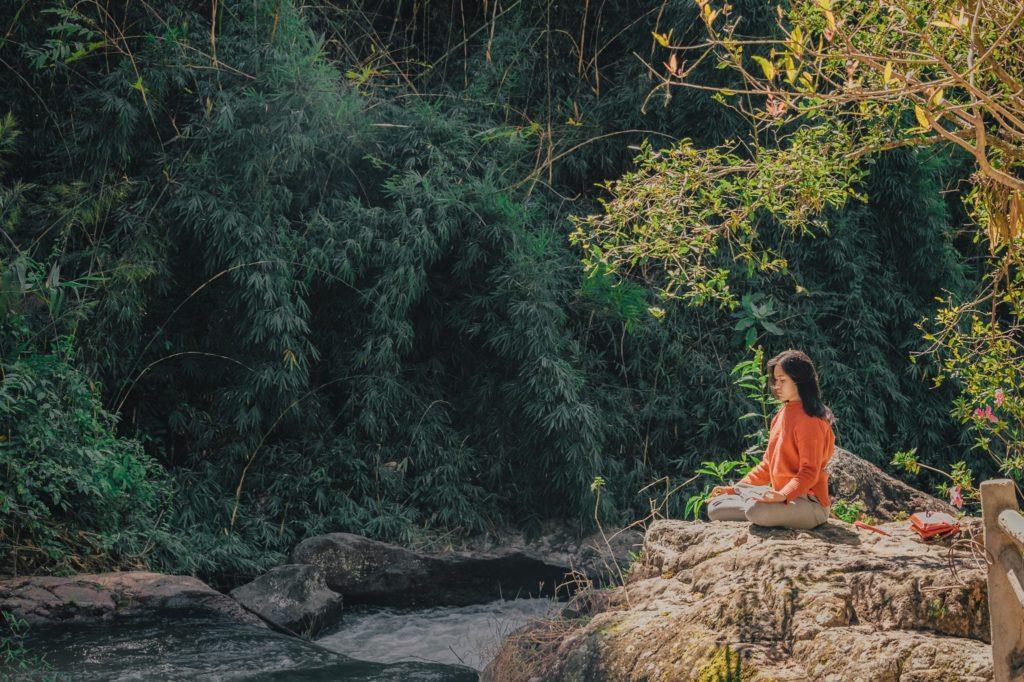 женщина учится медитировать в лесу