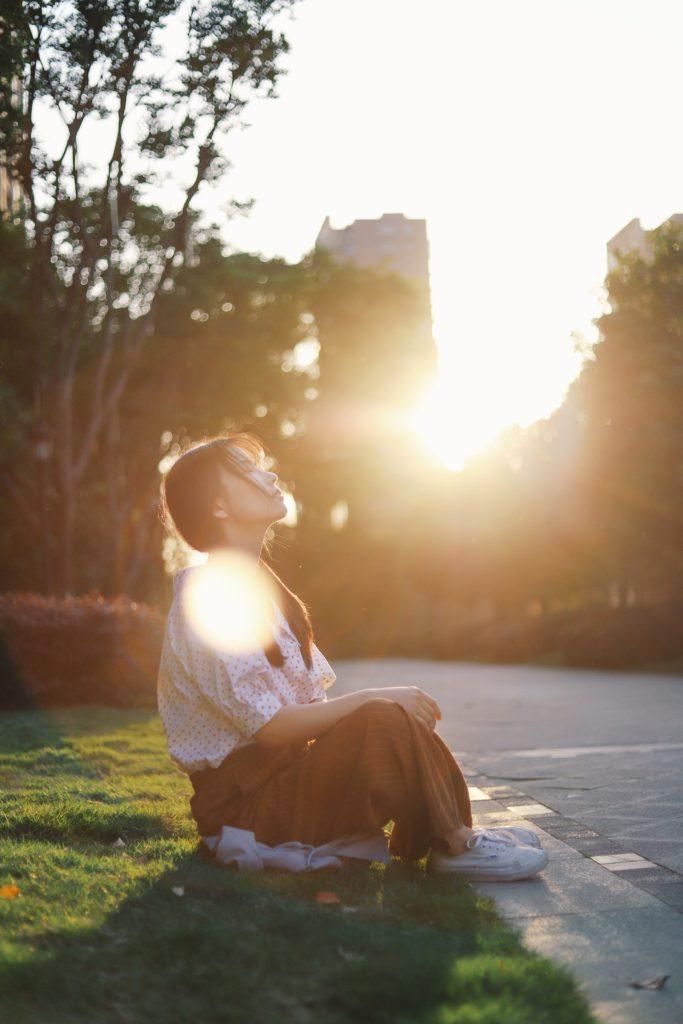 девушка сидит на обочине и медитирует