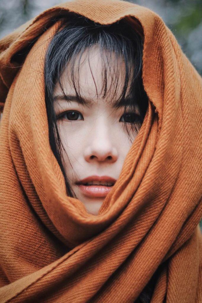 Азиатская девушка в оранжевой одежде - осознанность и медитация